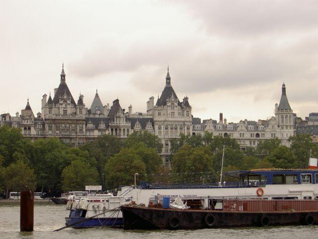 Вид с южного берега Темзы на The Royal Horseguards