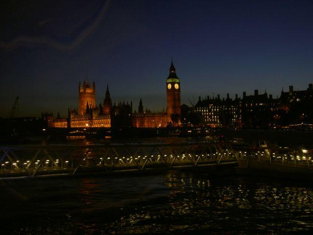 Здание Парламента вечером